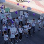 La marcha contó con la participación alumnos de más de 20 planteles diferentes de educación quienes en un ambiente pacifico se manifestaron con consignas y carteles a lo largo del malecón costero de la ciudad.