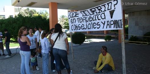 Piden justicia en las puertas de palacio de Gobierno. Acusan de ilegal detención a policías