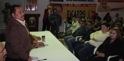 El candidato a la gubernatura de la Coalición PRD-PT, Luis Armando Díaz, tomó protesta a los integrantes de la asociación civil Zapata Sudcalifornia A.C.