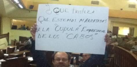 Al no permitírsele leer la segunda parte de su ley, el diputado Vargas se manifestó paseando pancartas que se pronunciaban en protesta a esta acción.