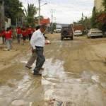 El candidato del PRI-Verde Ecologista, en recorrido domiciliario por calles dañadas por aguas negras y jabonosas, con baches que se han multiplicado ante el olvido de las autoridades.