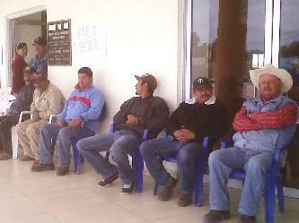 Un numeroso grupo de trabajadores sindicalizados burócratas sección Mulegé GN realizan un plantón afuera de las oficinas de la Delegación Municipal de Gobierno.