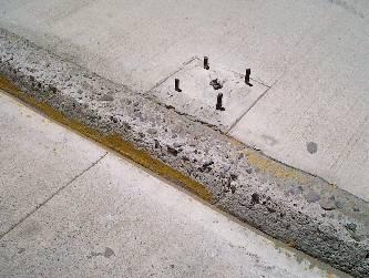 Un peligro para los peatones las anclas de los postes de luz.