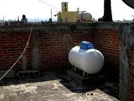 Les explotó un tanque estacionario a 2 empleados de Caligas