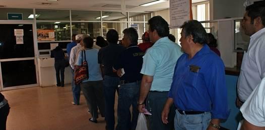 Ante el desabasto de medicinas, se manifiestan maestros afuera del hospital del ISSSTE