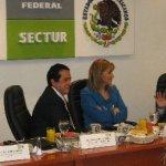 En la gráfica, la Secretaria de Turismo Gloria Guevara ultima los detalles del acuerdo con el senador por Baja California Sur , Luis Coppola Joffroy, y el diputado por Quintana Roo, Carlos Joaquín, presidentes de las respectivas comisiones de turismo del Senado y de la Cámara de Diputados. Los acompaña el Lic. Héctor de la Cruz, subsecretario de Sectur.