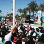 Desde las nueve de la mañana niños y jóvenes fungieron como público cautivo de la feria, aunque ciertamente estuvieron bastante divertidos y participativos, aplaudiendo, levantando las manos, participando en concursos, haciéndose dormidos para ganarse algún regalo.