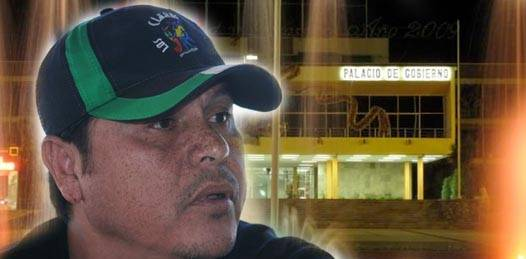Inicia el padre de Jonathan su plantón frente a Palacio de Gobierno