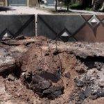 Imagen mostrada a la prensa por las autoridades libias del cráter dejado por una bomba en Trípoli.
