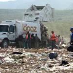 """En la zona de Todos Santos-Pescadero, el relleno sanitario ha quedado olvidado, incompleto, aún así, el camino para llegar a él es ya un basurero. Carballo Ruiz expresa que """"se están revisando la situación de los rellenos."""