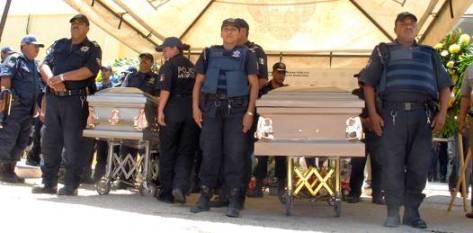 A Manríquez Manríquez y Leyva Manríquez se les realizó un Homenaje de Honor en Tránsito Municipal, donde desde las diez de la mañana los familiares lloraban en un grito que no se detenía, y que dentro de ellos jamás lo hará.