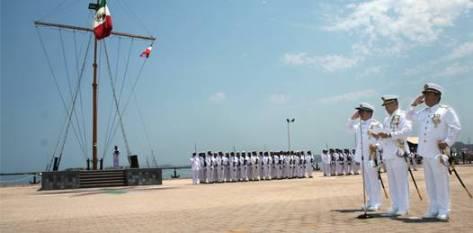 Tras la toma de protesta y los honores a la bandera nacional el nuevo jefe de la Segunda Zona Naval militar, pasó revista al personal de arma.