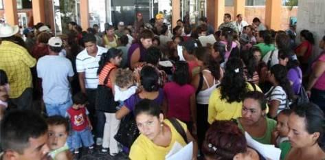 """Mientras tanto, en la Plaza de la Reforma, la gente esperaba un buen resultado. Familias enteras se aglutinaban debajo de las oficinas gubernamentales, y en las puertas del Palacio, guardias discretamente armados vigilaban sus movimientos, así como """"perros orejeros"""" del ejército, como ellos mismos se hicieron llamar."""