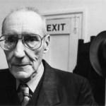 La obra de Burroughs alberga una gran carga autobiográfica y suele plasmar su adicción a diversas sustancias. La experimentación, el surrealismo y la sátira componen algunos de los componentes más acentuados de sus novelas.