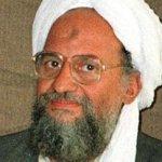 """Vestido con toga blanca y turbante, y con un rifle automático a su lado, al-Zawahri dijo que la yihad islámica, o guerra religiosa, contra Estados Unidos """"no se detiene con la muerte de un comandante o líder"""", una referencia clara a bin Laden."""