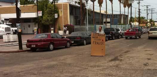 Manifestación de un solo hombre contra el desabasto de fármacos en ISSSTE