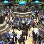 Los principales indicadores accionarios de Estados Unidos se derrumbaron hoy alrededor de dos por ciento durante sus primeros cinco minutos de operación, la primera reacción del mercado a la baja en la calificación de la deuda estadunidense.