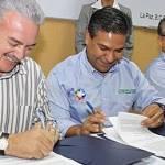 Al firmar el convenio con el gerente de División Baja California de la Comisión Federal de Electricidad, David Maldonado González, la paraestatal y el ejecutivo estatal se comprometieron a electrificar toda comunidad mayor de 100 habitantes en la entidad.