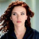 Con un entallado traje negro y unas armas atadas a las piernas, Johansson da vida al personaje de la Viuda Negra, una espía altamente capacitada que trabaja para una agencia.