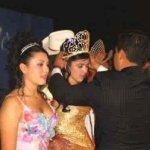 Emma Coronel es una ex reina de belleza con ciudadanía;estadounidense y regresó a México después que nacieron sus hijas. Los certificados de nacimiento la nombran a ella como la madre de las niñas, pero deja en blanco el espacio del nombre del padre.