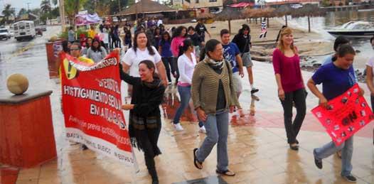 Pese a desaire institucional, marchan contra la violencia hacia las mujeres