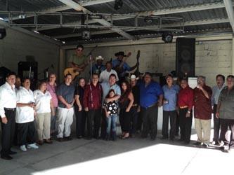 A los músicos de Cabo San Lucas, acompañaron como invitados especiales el delegado de Cabo San Lucas Martín Lagarda y la licenciada Alma Morales, gerente general de Plaza Bonita, quienes consideraron que llevar las mañanitas a la virgen es una tradición que muestra la fe de los músicos.