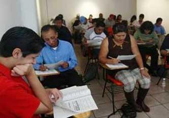 Obtuvieron más de 2 mil 700 adultos sus certificados de primaria y secundaria
