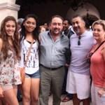 El alcalde de Santa Rosa Ernesto Olivares con su esposa Rita y su hija Impeka Olivares con Tony Agúndez.