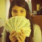La joven, de 14 años, publicó en su cuenta de Twitter (@RosinesCandanga) una imagen en la que aparece sosteniendo un abanico de dólares, mientras el grueso de sus compatriotas enfrenta un férreo sistema de control cambiario.