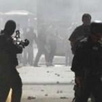 """En sus mensajes por radio, los estudiantes normalistas de Ayotzinapa aseguran que han sido reprimidos, y exigen justicia por sus dos compañeros que murieron el pasado 12 de diciembre; asimismo, aseguran que no fueron ellos quienes prendieron fuego a la bomba de la gasolinera incendiada el día de los disturbios, a pesar de que hay video donde se ve a dos jóvenes con playera roja con la leyenda """"Ayotzinapa"""", quienes fueron las personas que iniciaron el siniestro."""