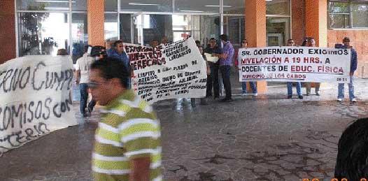 Cierra escuelas el magisterio cabeño y se viene a protestar a La Paz