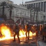 Manifestantes enmascarados lanzaron bombas molotov, crearon una muralla de fuego y utilizaron bombas caseras con bombonas de gas ante el avance de la policía antidisturbios al otro lado de la plaza, con gases lacrimógenos y granadas aturdidoras. Dentro del Parlamento podían oírse fuertes estruendos.