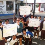 No todos los profesores están de acuerdo con el paro, la maestra Erica Luna, el pasado 22 de febrero, para no perder clases, las impartió en la banqueta de la calle, en el turno matutino a 37 alumnos del turno matutino y a 17 del vespertino que se quedaron a estudiar a las afueras de la Escuela Rosario Morales Avilés en Cabo San Lucas.