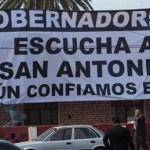 El grupo de pobladores de San Antonio colocó, en una casa que se alquila sobre la calle Navarro, una manta de grandes dimensiones con impresión digital apoyada por dos grúas.