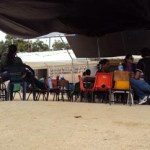 El pasado viernes 9 de marzo, a las afueras de Servicios Regionales Los Cabos, la maestra Raquel Ochoa Davis, quien cuenta con beca y comisión en sus dos plazas (Usaer 8 y 57) y esposa del dirigente del Movimiento Sindical Cabeño, Juan Meza, intentó intimidar el trabajo periodístico, tomando fotografías a esta reportera; desafortunadamente al confrontarla, se cerró al diálogo, mientras se burlaba con un grupo de maestros que la acompañaban.