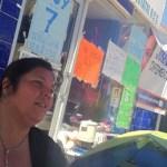 """Acompañada de amigos y su hija, que insiste en no separarse de ella, Miriam Muñoz insistió en continuar su manifestación """"hasta que se haga justicia""""."""