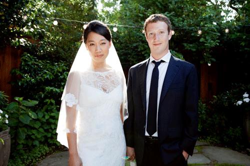 Se casa el dueño de Facebook