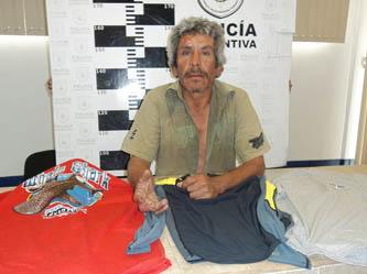 Sorprendieron a Fernando Valenzuela sustrayendo 3 finas camisas