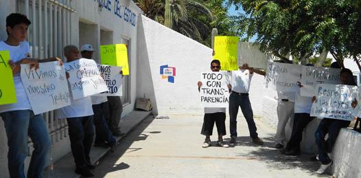 """Se manifestaron trabajadores de la constructora de carreteras """"Crizol"""" ante Conciliación y Arbitraje"""