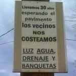 """""""Los vecinos nos costeamos luz, agua, drenaje y banquetas"""", se lee en un cartel colocado en un poste de luz y que publican los inconformes."""