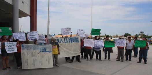A favor de proyecto minero se manifiestan ejidatarios frente a palacio municipal