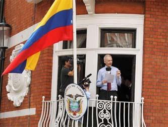 Desde la embajada de Ecuador en Londres, el periodista australiano denuncia un intento fallido de captura por parte de la policía británica.