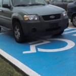 """Actualmente, se aplica una multa de $ 623.00 pesos a las personas que se estacionan en los """"cajones azules"""" sin portar el tarjetón."""