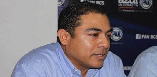 Se envalentona De la Rosa y critica al gobierno federal