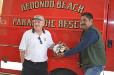 Donan equipo de protección a bomberos