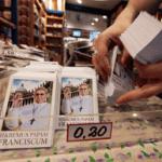 A pocas horas de que el Papa Francisco tomara su lugar en el Vaticano, ya han comenzado a venderse desde estampitas hasta figuras con la imagen del Santo Padre