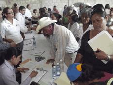 Visitan funcionarios la comunidad de Las Pocitas