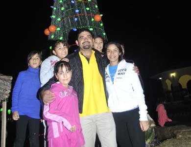 Enciende Alcalde árbol navideño en la Plaza Juárez