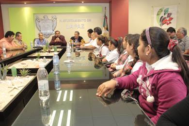 Visitan niños Ombudsman el Cabildo paceño