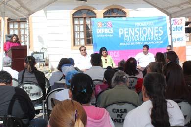Entregan pensiones a adultos mayores y discapacitados